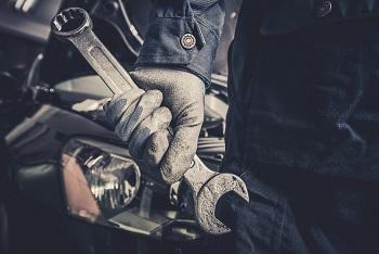 Mecánico y reparador de camiones con sueldo de $48,300.00 mensuales.